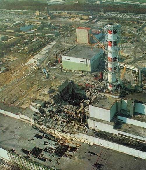 A sérült csernobili reaktorblokk a baleset után, ahonnan minden addiginál nagyobb mértékű radioaktív anyag került a környezetbe és a levegőbe [5]