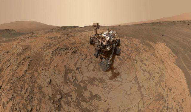 A kétezredik marsi napját ünneplő Curiosity a jeles alkalomból önmagát is megörökítette (Forrás: NASA)