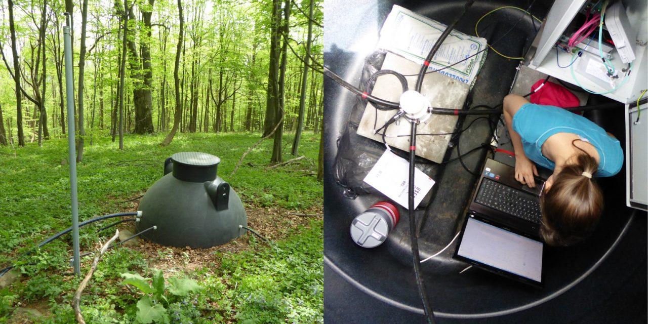 A mikrobarométert tartalmazó hordó kívülről (balra) és belülről (jobbra), valamint a cikk szerzője a műszer első bekapcsolásakor.