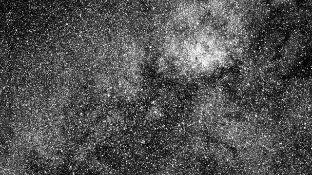 A TESS egyik kamerájának első, égboltról készített képe a déli égbolt egy területéről. A képen több mint 200 000 csillag látszik. A legalsó fényes csillag a béta Centauri (Forrás: NASA/MIT/TESS).